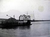 昔の牡蠣の収穫の様子(トラックに積載してあるのは牡蠣)