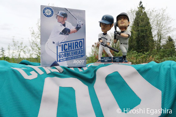 ichiro-dual-bobblehead-doll
